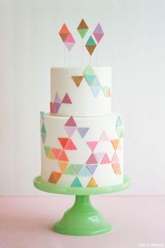 Gâteau de mariage géométrique joyeusement coloré #gâteaumariage #weddingcake