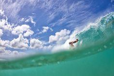 O compozitie interesanta in care fiecare parte te va surprinde, fotografia lui Michael Schmidt este un amestec de cer si mare, in care surferul ne face o idee despre amploarea peisajului. Surfing Wallpaper, Cool Wallpaper, Popular Photography, Surf City, Schmidt, Great Photos, Surfboard, Waves, Ocean