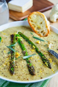 Creamy Roasted Asparagus and Brie Cauliflower Soup - Ayurveda Rezepte Asparagus Soup, Asparagus Recipe, Broccoli Soup, Cheap Clean Eating, Clean Eating Snacks, Healthy Food Recipes, Cooking Recipes, Cookbook Recipes, Cauliflower Soup Recipes