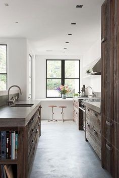 beautiful wood & concrete kitchen This is my dream kitchen for sure! Kitchen Interior, Kitchen Decor, Kitchen Design, Design Bathroom, Modern Bathroom, Wooden Kitchen, New Kitchen, Rustic Kitchen, Kitchen Rules
