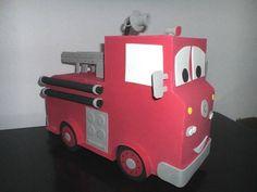 Bombeiro do tema Carros, todo feito em eva, pode ser usado para decoração de festa ou enfeite de quarto. R$ 60,00