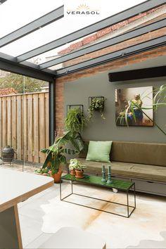 In aflevering 3 van het 11e seizoen van 'VTWonen Weer verliefd op je huis' gaat styliste Fietje Bruijn aan de slag voor Joey en Miranda. Om meer licht in huis te krijgen heeft Fietje gekozen voor een veranda aan huis. Deze Profiline veranda is uitgebreid tot tuinkamer vanwege een grote glazen schuifwand en zijwanden. Hierdoor wordt de huiskamer lichter en is met de tuinkamer extra leefruimte gecreëerd. #tuin #veranda #overkapping #huisentuin #terras #tuinontwerp #vtwonen #tuin #interieur