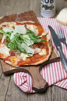 Pizza geht immer! Für mich am allerliebsten mit einem wunderbaren Vollkornteig, mit einer im Ofen gerösteten Tomatensauce, ein paar frischen Tomatenscheiben, Büffelmozzarella, wenig Parmaschinken, Champignons, Rucola und frisch gehobeltem Parmesan......