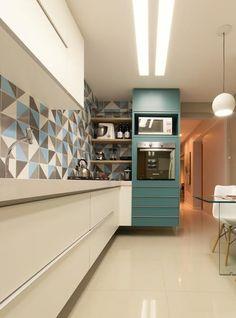 Detalhe azul turquesa na cozinha. Essa cozinha com azul tiffany e armários brancos ficou lindo, além dos azulejos coloridos.