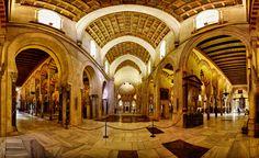 Llegamos a la Mezquita-Catedral de Córdoba, punto central de todas las visitas que hagamos a la ciudad y uno de los edificios más singulares e importantes del país. Su construcción como Mezquita comenzó en el 780 aunque pasó a ser templo católico a partir del siglo XIII (cuando la ciudad fue reconquistada por los reyes castellanos). Como curiosidad diremos que en su día fue la segunda mezquita más grande del mundo tras la de la Meca y que  solo fue igualada por la Mezquita Azul de Estambul.