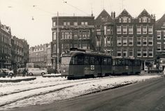 Middelandplein, de tram komt vanaf de 1e Middellandstraat de Claes de Vrieslaan op.