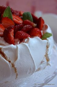 bistro mama: Pavlova z mascarpone i truskawkami Pudding, Sweets, Ethnic Recipes, Blog, Recipes, Mascarpone, Baking, Sweet Pastries, Goodies