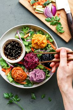 Naturally colored Korean dumplings filled with black beans tofu and spinach. Served with a salty-sweet sesame sauce! Dumplings Receta, Korean Dumplings, Asian Recipes, Healthy Recipes, Ethnic Recipes, Diabetic Recipes, Clean Eating, Healthy Eating, Healthy Food
