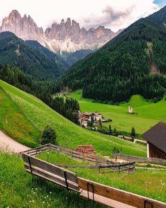 (@sennarelax) en Instagram: Chiesetta di San Giovanni in Ranui, Val Di Funes, Bolzano - Italy