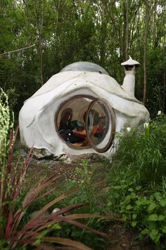 Kerterre: a construction that associates discretion in the landscape and conscious presence of its inhabitant to improve its environment by its everyday existence. Maison Earthship, Earthship Home, Cob Building, Building A House, Organic Architecture, Architecture Design, Minimalist Architecture, Earth Bag Homes, Natural Homes