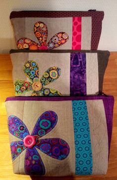 Liv i hus: Ny toalettmappe - med gratis oppskrift! A new pouch - with tutorial, for free! Easy Sewing Projects, Quilting Projects, Sewing Tutorials, Sewing Crafts, Zip Pouch Tutorial, Coin Purse Tutorial, Patchwork Bags, Quilted Bag, Bag Patterns To Sew