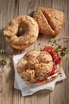 Perfekt für eine Jause der besonderen Art. Resch&Frisch Urkornweckerl mit Hüttenkäse und Breasola gefüllt und mit Kresse garniert. #reschundfrisch #amliebstenimmer #urkornweckerl #jause #rezepte #superfood #healthyfood Bagel, Bread, Superfood Recipes, Cress, Whole Wheat Flour, Buckwheat, Healthy Lifestyle, Harvest, Dinner Napkins