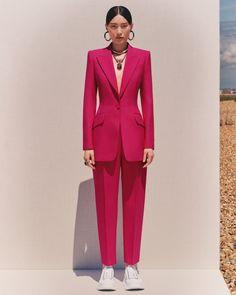 Alexander McQueen Resort 2020 Fashion Show - Vogue Fashion 2020, High Fashion, Fashion Show, Fashion Outfits, Vogue Fashion, Girl Outfits, Alexander Mcqueen, Peg Trousers, Winter Typ