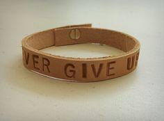 M-Brace sieraden - Naturel leren armband met tekst 'never give up'. Persoonlijke tekst is ook mogelijk! €14,95
