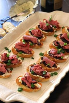 ValSoCal: Roast beef Crostini # Meat dishes Here are 30 healthy snacks that a Meat Appetizers, Appetizers For Party, Appetizer Recipes, Tea Sandwiches, Mezze, Antipasto, Bruschetta, Snacks Für Party, Appetisers