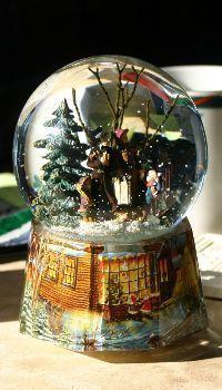 Christmas snow glass decoration Christmas Wallpapers Tumblr, Christmas Wallpaper Free, Xmas Wallpaper, Iphone Wallpaper, Snowman Wallpaper, Snowmen Pictures, Snowman Faces, Christmas Snowman, Snow Globes