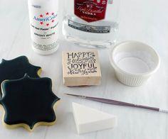 How to: Stamped Chalkboard Art Cookies - 1 Part vodka to 3 Parts white food coloring Fancy Cookies, Iced Cookies, Cookies Et Biscuits, Cupcake Cookies, Cupcakes, Sugar Cookies, Cookies Decorados, Galletas Cookies, Cookie Icing