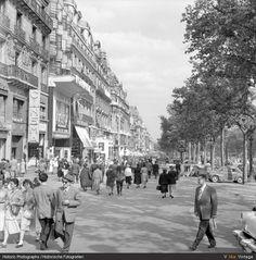 """""""Au soleil, sous la pluie, à midi ou à minuit. Il y a tout ce que vous voulez, aux Champs-Élysées!"""""""