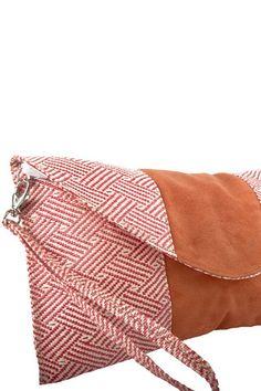 Clutch Artesanal Rosa - Bolsa Tipo Clutch Artesanal, la textura entrelazada con franja de gamuza, 100% diseñado y hecho en México. $549