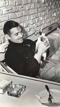 Clark Gable. He must have really loved that cat, because I've seen it before.