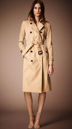 El tradicional Trench-Coat de Burberry cumple sus primeros 100 años de historia. Fue creado originalmente para proteger a los soldados contra el viento y la lluvia. La gabardina Burberry se ha convertido en un icono, representando el estilo británico atemporal y la innovación de diseño