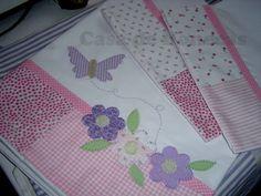 Jogo de lençol para berço, medidas padrão americano (1,50cm x 0,90cm), confeccionado em algodão 200 fios, barrado em patchwork com aplicações. Composto de 4 peças - lençol de cima com barra feita, lençol de baixo com elástico e 2 fronhas. R$ 120,00