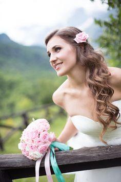Bellissima acconciatura semplice ed elegante per la sposa, fiore rosa