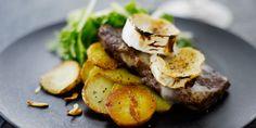 Vuohenjuustogratinoidut fileepihvit ja paahdettuja perunoita, vihreää salaattia