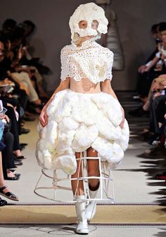 Comme Des Garcons Spring/Summer 2012 Ready-To-Wear Collection Fashion Fail, Weird Fashion, Fashion Show, Fashion Design, Paris Fashion, Dress Fashion, Weird Wedding Dress, Unusual Wedding Dresses, Wedding Gowns