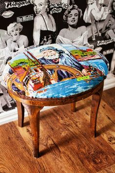 Et pourquoi pas retaper un meuble avec un vieux canevas?