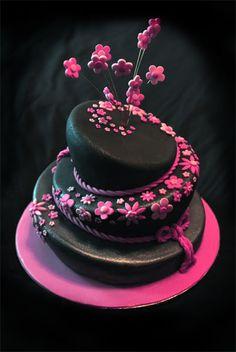 donkere taart met roze bloemetjes