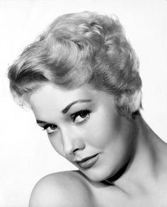 Kim Novak.  Kim Novak (Chicago, 13 de febrero de 1933) es una actriz estadounidense actualmente retirada. Considerada uno de los sex symbol de la época dorada de Hollywood, recobró vigencia en su madurez participando en la popular serie de televisión Falcon Crest.