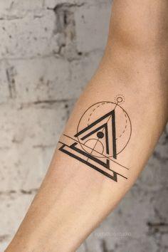 Dreieckiges Tattoos, Forearm Band Tattoos, Black Ink Tattoos, Body Art Tattoos, Hand Tattoos, Small Tattoos, Sleeve Tattoos, Back Of Arm Tattoo, Arm Tattoos For Guys