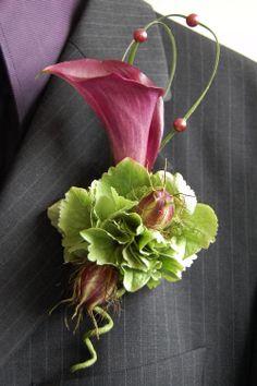Bruidegom corsage in paars / groen kleur van calla, hortensia en nigella. www.meesterlijkgroen.nl