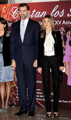 Pin for Later: 44 Times Queen Letizia of Spain Made The Fashion World Bow Down When Her Bow Was the Best Letizia proved bows are for grown ups at a 2010 concert.