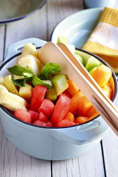 Vars vrugte met kruisement | SARIE | Fresh fruit with mint Healthy Recipes On A Budget, Budget Meals, Peanut Butter Cheesecake, Fruit Recipes, Recipies, Fresh Fruit, Fruit Salad, Fig, Summertime