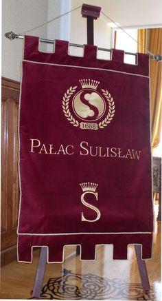 Pałac Sulisław proporzec haftowany na bordowym aksamicie przez AHA STUDIO