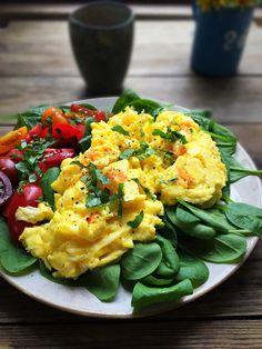1 PERSON  2-3 æg ca. 30 g flødeost med pikante urter salt og peber kokosolie eller smør til stegning