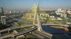 Puente Octavio Frias de Oliveira, Brasil, tiene una X que se ilumina para el mes de Diciembre.