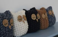 Domestic Sluttery - cute little owls to make! these are linked to a knitting kit, but i think i can figure out a pattern to crochet. Knitted Owl, Crochet Owls, Knitted Animals, Knit Or Crochet, Crochet Hearts, Loom Knitting, Free Knitting, Knitting Patterns, Crochet Patterns