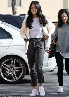 Simply stylish: Selena pulled on a black and white print tee and tucked it partly into her high waisted grey jeans, rounding the look off with white sneakers Stylish Outfits, Cute Outfits, Fashion Outfits, Selena Gomez Casual, Selena Gomez Jeans, Selena Gomez 2019, Celebrity Outfits, Celebrity Style, Vetement Fashion