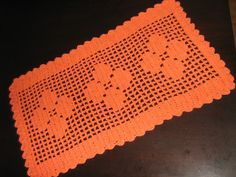 Confeccionado manualmente em crochê com fio de algodão 12. Não deforma. Lavável à máquina. Pode ser confeccionado em outras cores.