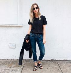 camiseta preta + calça jeans + rasteira