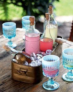 A floreira antiga cheia de gelo foi transformada em cooler rústico e acomoda a limonada e outros refrescos. Produção de Camile Comandini (Drink)