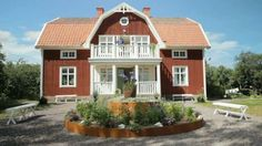 Ester& old farmhouse has been completely renovated. See pictures of the final result in the slideshow . Scandinavian Cottage, Swedish Cottage, Red Cottage, Swedish House, Cottage Homes, Red Houses, Old Farm Houses, German Houses, Barn Living