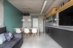 Esse é o outro lado da sala, o painel verde camufla a porta de acesso ao quarto e ainda conta com um armário que guarda os itens de apoio a cozinha 😉 #ahlaemcasa  (Painel em laca N048, da Sayerlack)