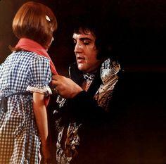1975 7 20  La petite fille était là en toute confiance dans ce que Elvis faisait. La jeune fille avait été aveugle depuis la naissance  - Norfolk Virginia