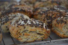 Når der skal lidt lækkert brød på morgenbordet er disse grovbirkes fantastiske. Ingredienser (18-24 stk.) 50 g gær 2 dl koldt vand 2 kolde æg 25 g sukker 1 tsk salt 25 g koldt margarine i mindre stykker. 50 g solsikkekerner 50 g hørfrø 100 g rugmel 425 g hvedemel 300 g margarine til indrulning …