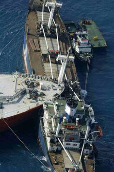 Ship Collision / Someone differently a sleep at the wheel ! Biiiiiiiig Ouch !