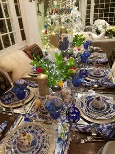 Modern Center Tables For Luxury Living Rooms Get inspired by these blue table setting ideas and start preparing a really fancy dinner with your friends in a luxury environment! White Table Settings, Beautiful Table Settings, Christmas Table Settings, Holiday Tables, Thanksgiving Table, Christmas Tables, Fall Table, Place Settings, Blue Dishes
